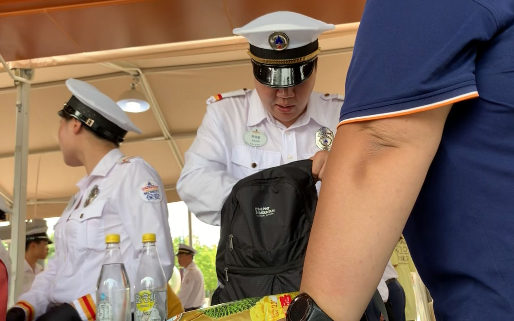 安检人员正在进行人工包检。 新京报记者 常卓瑾 摄