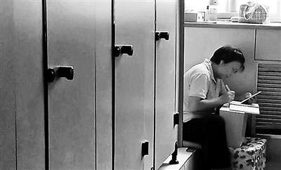 保洁大妈卫生间学习引热议曾劝挂科学生好好学习