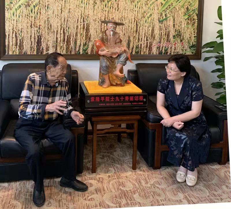 袁隆平與週三連交談