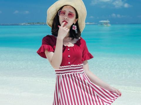 普拉兰岛的海滩,迎来一位红衣超模,咬着手指的样子让人心动