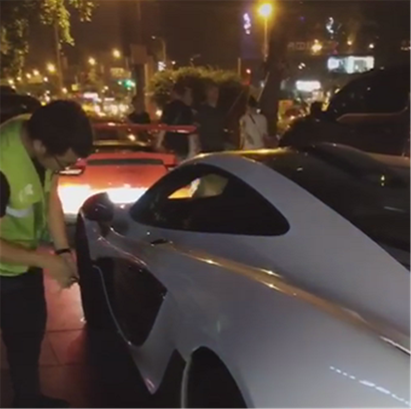迈凯伦570S让代驾开,车价260万,解锁车门后,却找不到门把手