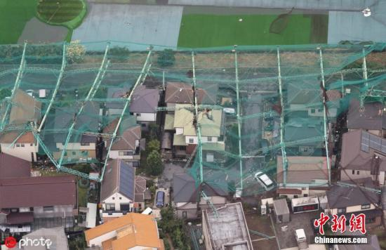 """当地时间2019年9月9日,日本千叶县,第15号台风""""法茜""""登陆日本,带来强风暴雨,一高尔夫球练习场的围栏倒塌。 图片来源:ICphoto"""