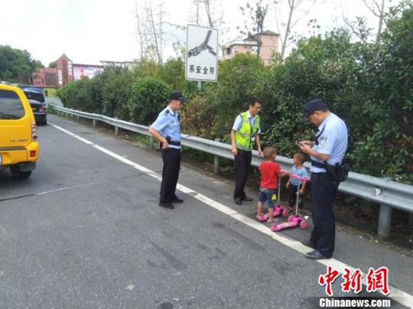 民警試圖幫助孩子尋找家人 中新網 圖
