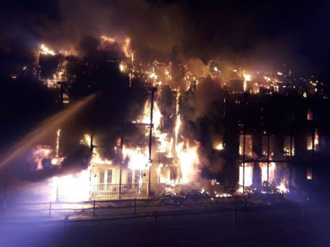 英国伍斯特公园发生大火 125名消防队员赴现场救援