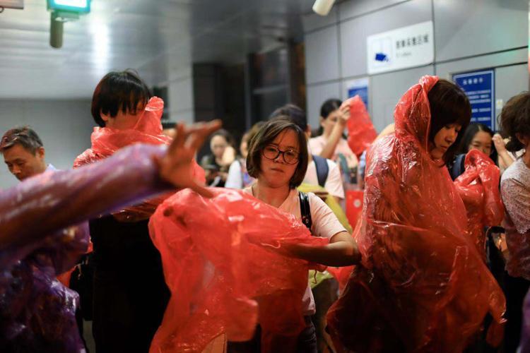 9月9日早,莲花桥天铁站,市平易近纷繁脱上雨衣,筹办分开。