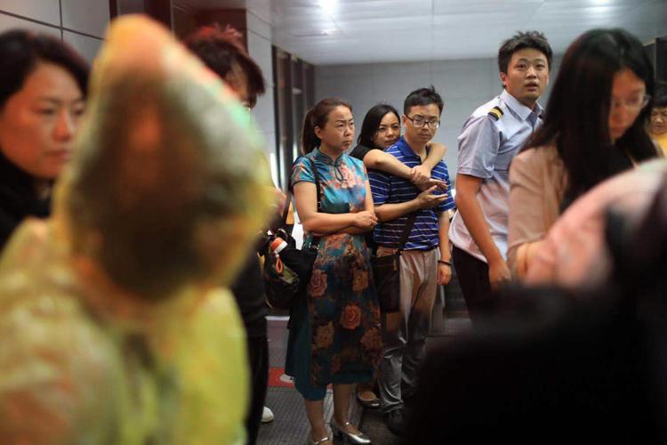 衆多市民在地鐵站出口處避雨。