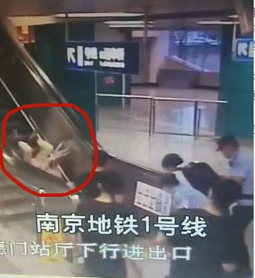 老人摔倒在電扶梯上