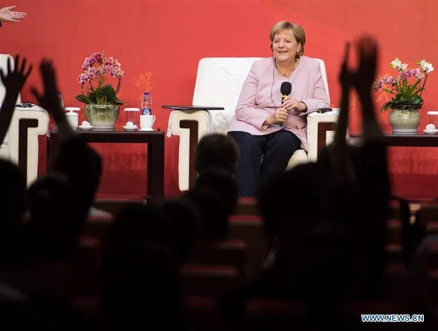 """在武汉默克尔第一次""""偏离外交礼仪""""做了这件事"""