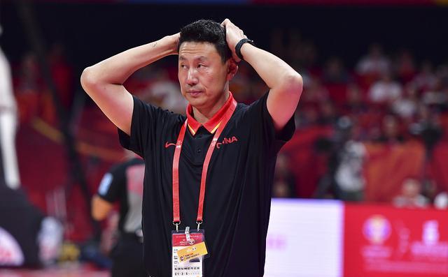 错把板凳球员当成上场球员 中国男篮的主教练连队员都认不全