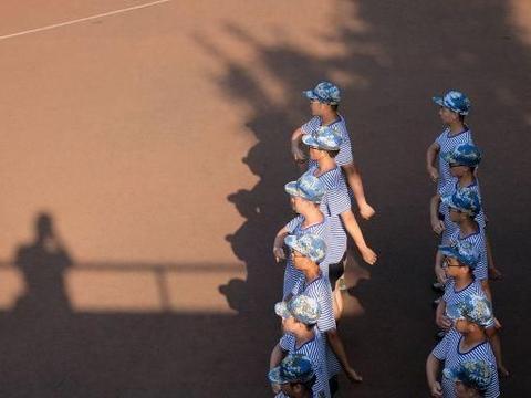 """湖北武汉:""""秋老虎""""发威,华中师范大学新生军训移至阴凉处"""