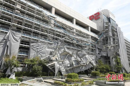 """据报导,日本都城圈9日遭受本年第15号台风""""法茜""""间接打击,东日本铁路公司(JR东日本)的通俗铁路从初收列车起头施行年夜范围停运,交通网呈现紊乱,羽田机场车库的暂时足脚架坍塌。"""