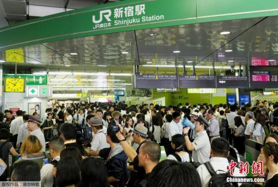 """本地工夫9月9日,日本千叶县成田市,受台风""""法茜""""影响,列车停运,浩瀚市平易近滞留正在成田国际机场到达年夜厅内。"""