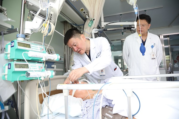 """侧枝逆行通""""隧道""""打通闭塞脑动脉 仁济医院成功实施首例逆行椎动脉闭塞微创介入手术"""