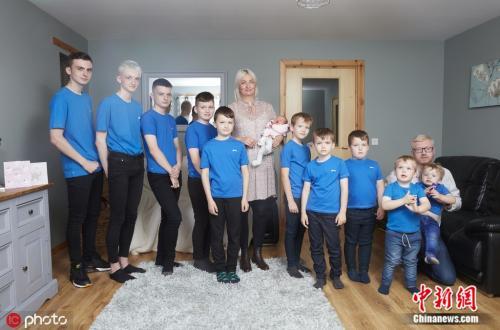 苏格兰罗斯郡一对夫妻,在15年间陆续生了10名男孩后,终于迎来了他们的第一个女儿。图片来源:东方IC