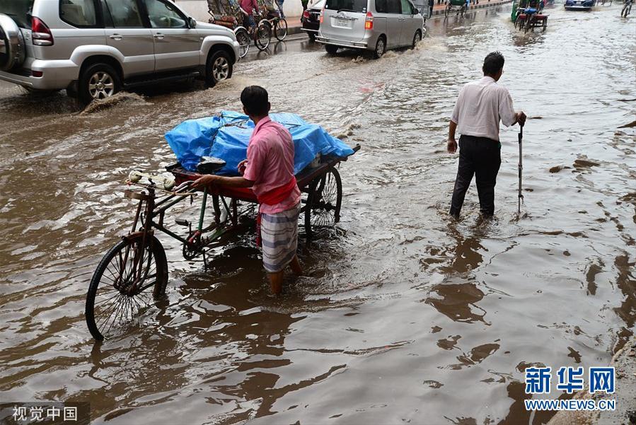 孟加拉国首都达卡遭暴雨侵袭 道路被淹