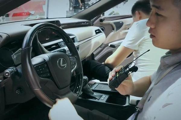 视频:异曲也不同工,雷克萨斯ES、奔驰E级内饰风格差异很大