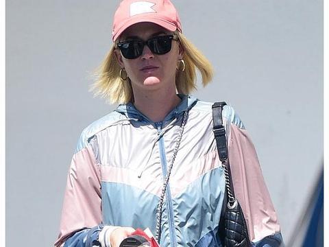 """34岁的""""水果姐"""",穿瑜伽裤去购物,她腿竟然这么粗?"""