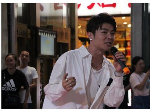 重庆街头艺人撞脸霍建华:梦想开演唱会,不少女粉丝坐飞机来看他
