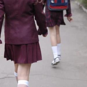 因为学校的新楼梯 英国一学校禁止女孩子穿裙子 家长:无稽之谈