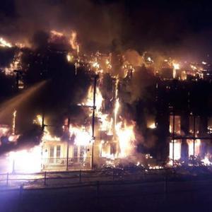 伍斯特公园大火 100多名消防队员奋力灭火