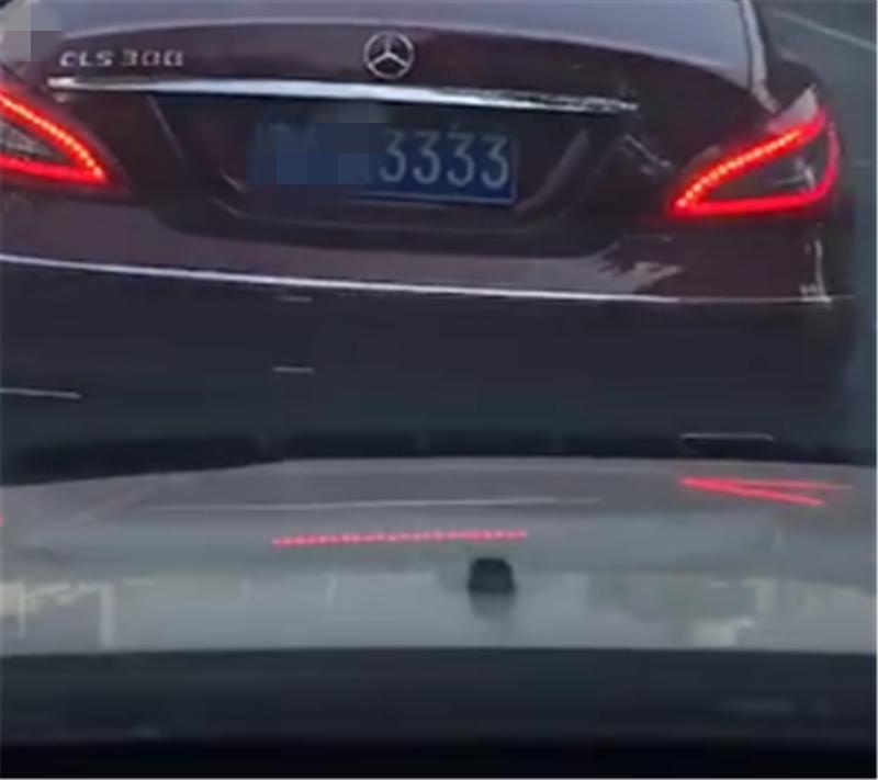 """""""奔驰女车主""""同款红色奔驰CLS,车价66万,单单牌就值40万"""