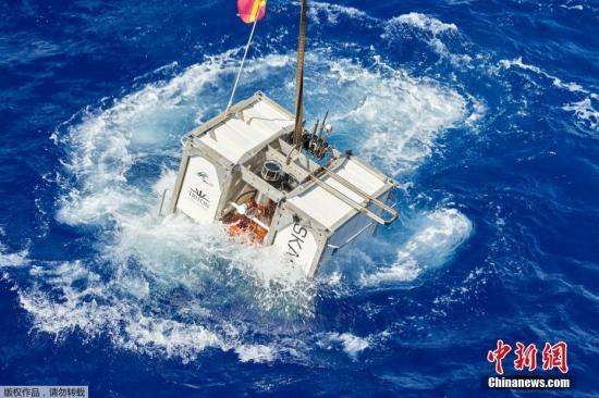 2019年5月,美国探险家维斯科沃驾驶潜艇下潜马里亚纳海沟10927米处,打破深潜最深记录。图为潜水设备漂浮在海面。