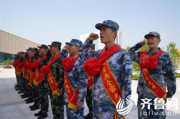 威海南海新区28名新兵启程赴军营 8成以上为大学生