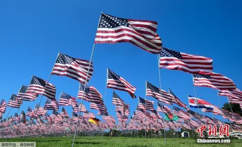 """资料图:美国加利福尼亚马里布佩珀丁大学,为纪念""""9·11""""恐袭受害者,展出2997面国旗。"""