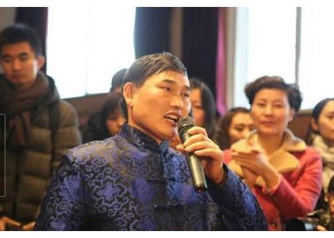 大衣哥朱之文给众多粉丝发春节红包,每人两百块却被吐槽太小气