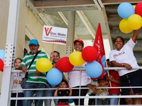 委内瑞拉免费交付第280万套住房,马杜罗亲自去揭幕,人们很开心