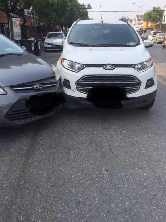 「车主日常」白车直行,灰车小区门口右转出来,谁的责任?