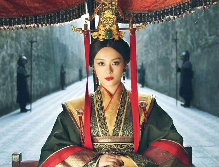 演过皇后的女星,董洁无气质,她仅靠坐姿就已母仪天下