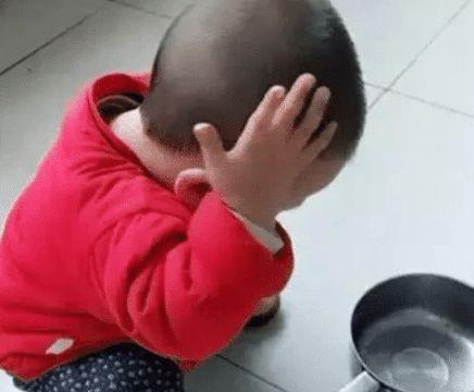 孩子模仿妈妈洗头发,网友看到水瓢后