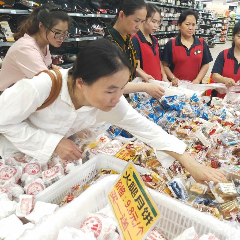 """月饼价格大""""跳水""""!超市导购""""清货"""":卖完回家过节……"""