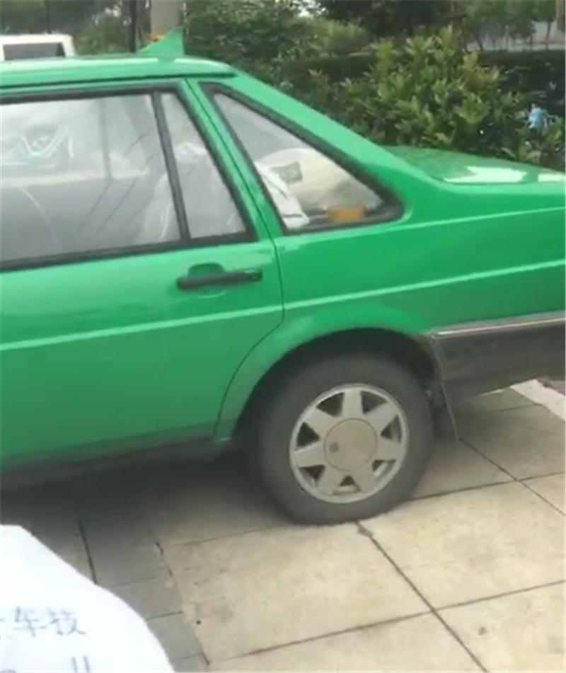 7万桑塔纳霸占地锁车位,车主取车时,被留一纸条,车还出不去