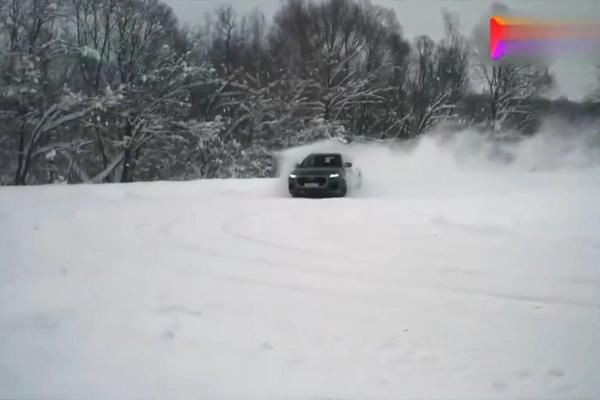 视频:雪地越野奥迪Q8对决大众途锐 真尴尬