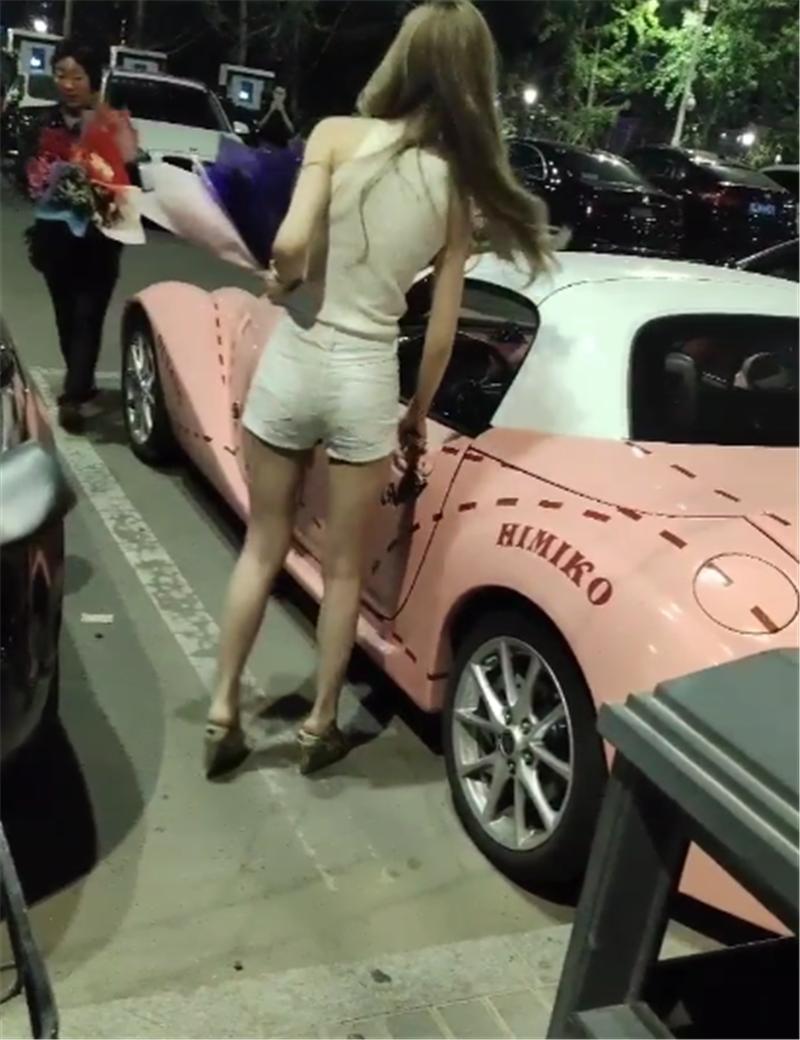 """""""山寨版""""劳斯莱斯现北京,全车粉色,车价仅85万,马力仅162匹"""