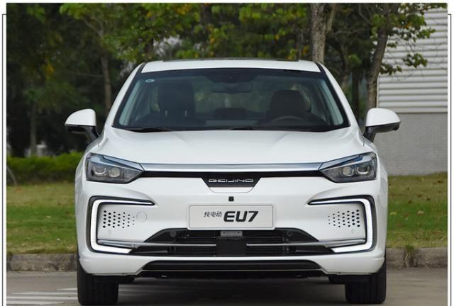 北汽新能源 加大版EU5 卖20万!动力相同,这个配置值吗?