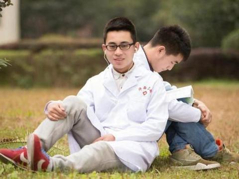 男生超常发挥进985大学,却被调剂到护理专业,是否需要选择复读