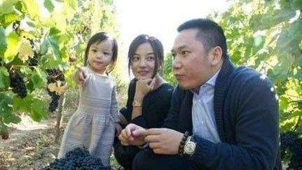 赵薇晒女儿小四月近照,简直是妈妈的翻版,网友称:小小燕子