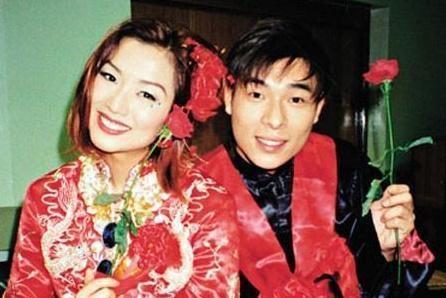 """许志安夫妇参加晚辈婚礼,人生首次""""被斟茶"""",郑秀文首谈婚姻观"""