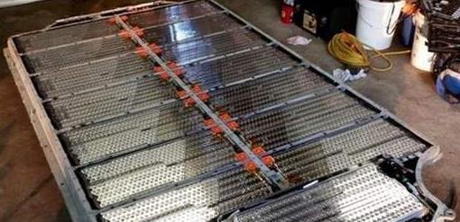 拆开特斯拉,修车工看到电池实力蒙圈:上千节电池映入眼帘
