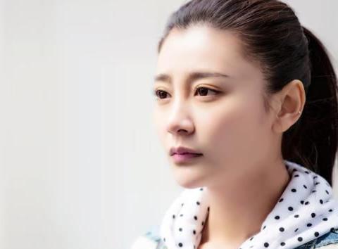她是杨幂同学,如今离婚成单亲妈妈,复出拍戏女儿心疼