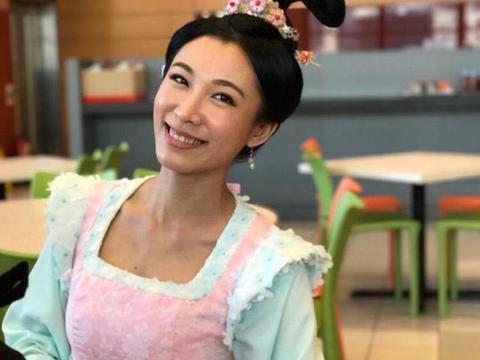 32岁TVB女艺人与富商老公法国度假 与女儿亲亲大自然