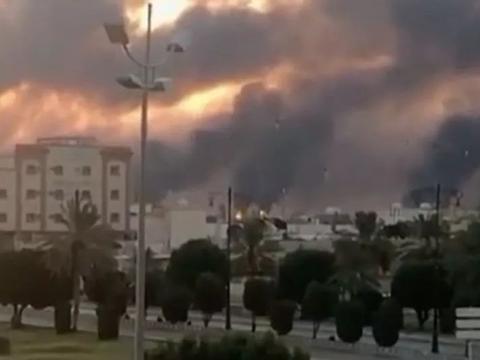 油田遭无人机袭击,沙特一半产能关闭,看着要跌的油价将大涨?
