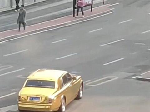 """1100万劳斯莱斯现街头,全车""""电镀金""""很耀眼,但遇行人不礼让"""