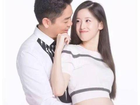 刘强东章泽天被偶遇,两人牵着女儿一起走,看上去十分幸福