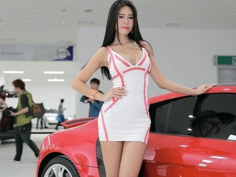 玛莎拉蒂总裁车模,低胸装秀事业线,看了走不动路