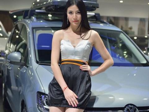 大众夏朗的车展,车模深V连衣裙,事业线才是焦点
