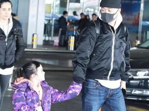 包贝尔牵女儿小手现身机场,饺子齐刘海变中分像极了妈妈,真可爱